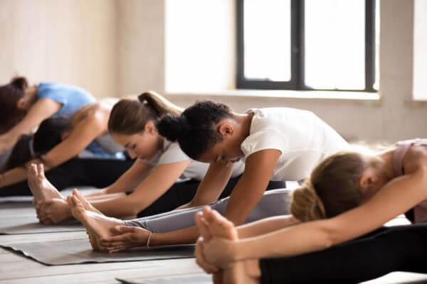 Etirement pour soulager les courbatures dans un cours de yoga