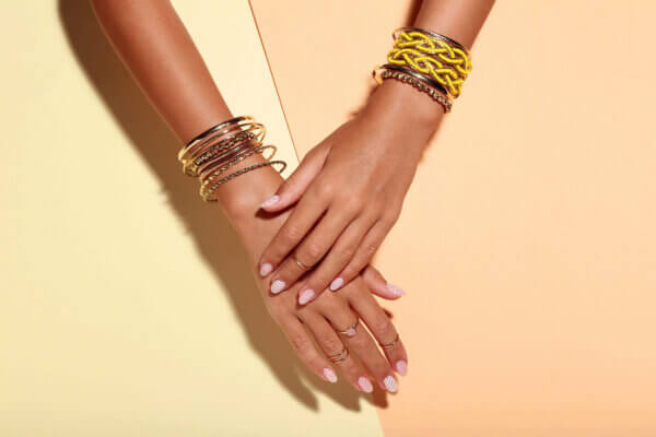 femme portant des bracelets en cuivre