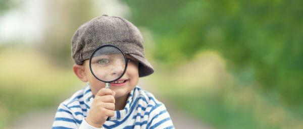 Enfant curieux avec une loupe