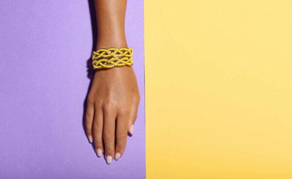 femme portant un bracelet magnetique