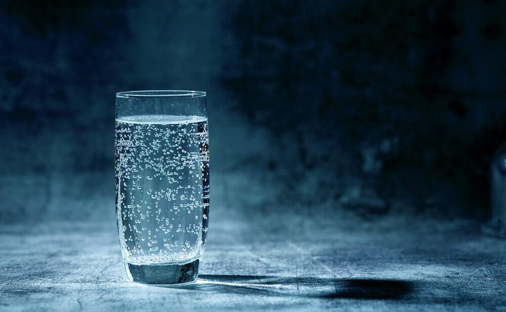verre d'eau sur fond noir