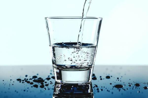 Filet d'eau remplissant un verre